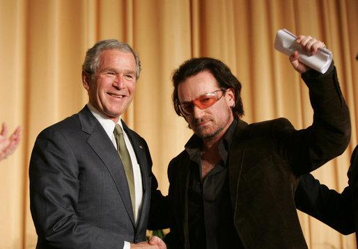 Cristian Tudor Popescu cu George W. Bush în 2008. Imagine Wikipedia