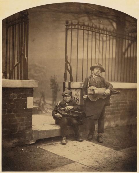 Camille Silvy, Muzicieni stradali, 1855 (de aici)